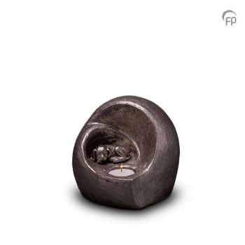 UGKS 216  Keramische dieren art urn met zilveren afwerking.  Elke Geert Kunen urn is uniek en wordt op bestelling gemaakt. Daarom zit er op deze producten een levertijd van 3 à 4 weken.  UGKS 216 € 179,00 / 0.50 L / H 15 CM