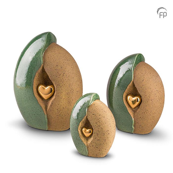 KU 003   KU 003 M   KU 003 S  Keramische urnen, groen/oker met gouden hart.  KU 003 € 265,00 / 3.80 L / H 29 CM  KU 003 M € 199,00 / 2.20 L / H 24 CM  KU 003 S € 160,00 / 0.80 L / H 17 CM