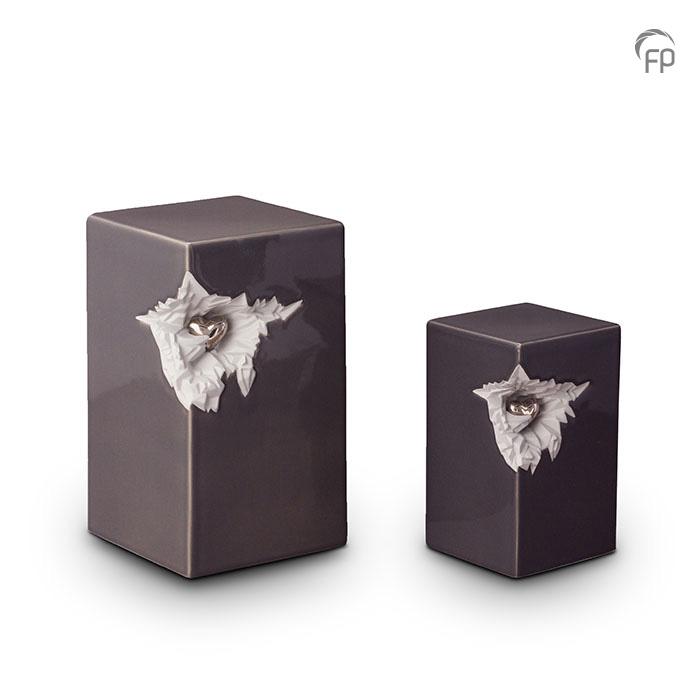 KU 015   KU 015 M  Keramische urnen set, donkergrijs met zilver hart  KU 015 € 265,00 / 5.00 L / H 27 CM  KU 015 M € 199,00 / 1.50 L / H 19 CM