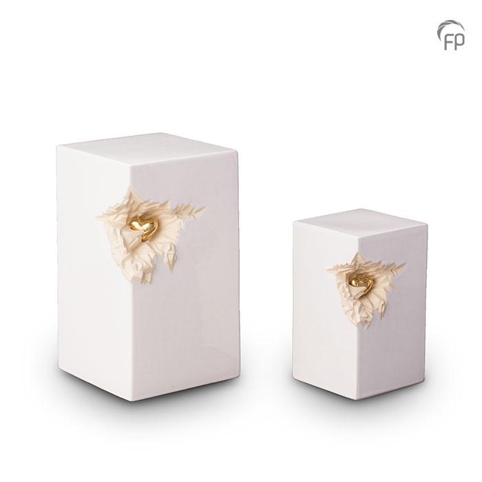 KU 016   KU 016 M  Keramische urnen set, wit met zilver hart  KU 016 € 265,00 / 5.00 L / H 27 CM  KU 016 M € 199,00 / 1.50 L / H 19 CM