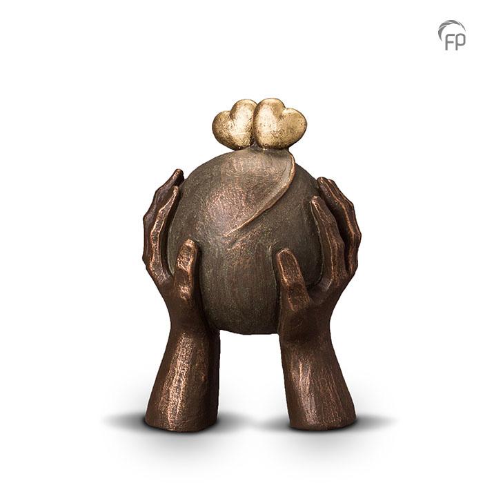 UGK 036 A   UGK 036 B  Keramische urn brons Liefde  Elke Geert Kunen urn is uniek en wordt op bestelling gemaakt. Daarom zit er op deze producten een levertijd van 3 à 4 weken.  UGK 036 A € 379,00 / 1,30 L / H 26 CM  UGK 036 B € 599,00 / 3,50 L / H 38 CM