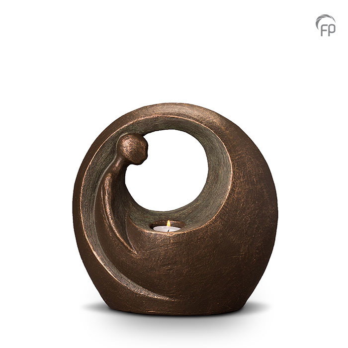 UGK 039 B  Keramische urn brons Eenzaam maar niet alleen  Elke Geert Kunen urn is uniek en wordt op bestelling gemaakt. Daarom zit er op deze producten een levertijd van 3 à 4 weken.  UGK 039 A € 459,00 / 3,00 L / H 27 CM