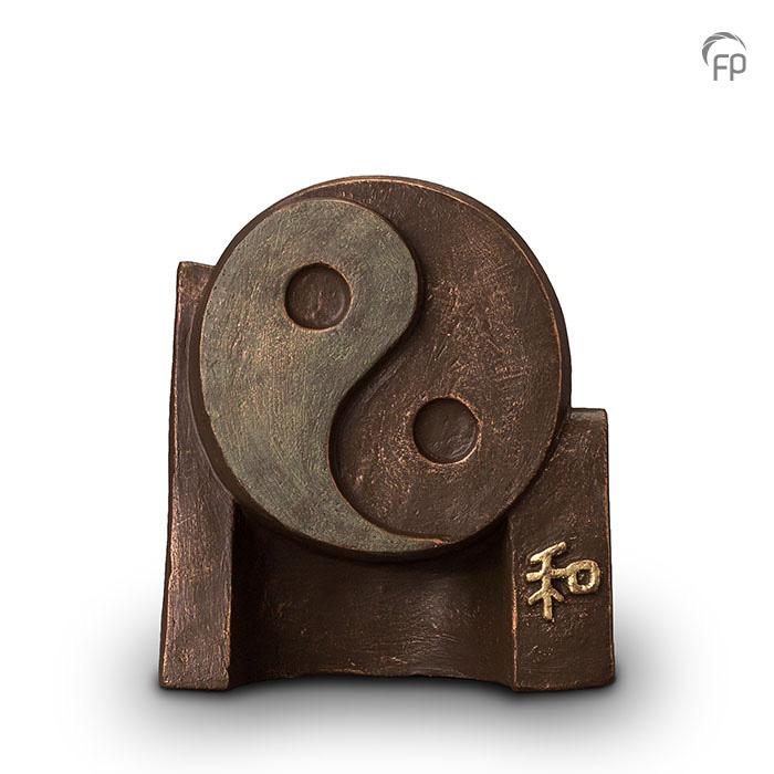 UGK 047 A  Keramische urn brons Yin Yang  Elke Geert Kunen urn is uniek en wordt op bestelling gemaakt. Daarom zit er op deze producten een levertijd van 3 à 4 weken.  UGK 047 A € 379,00 / 2,50 L / H 24 CM