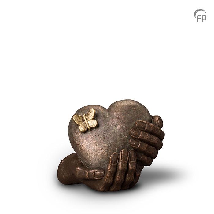UGK 065 A  Keramische urn brons Hartepijn  Elke Geert Kunen urn is uniek en wordt op bestelling gemaakt. Daarom zit er op deze producten een levertijd van 3 à 4 weken.  UGK 065 A € 379,00 / 1,00 L / H 16 CM