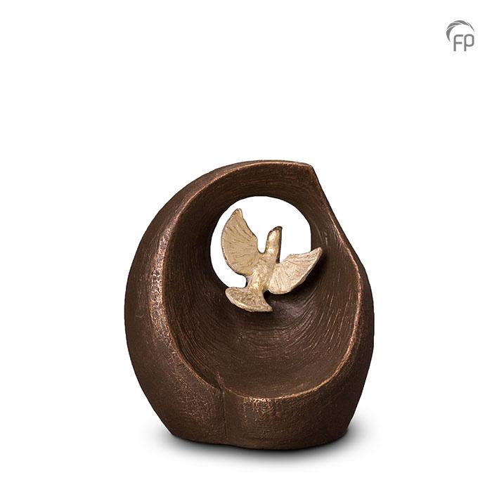 UGK 069 A  Keramische urn brons Vlucht in het oneindige  Elke Geert Kunen urn is uniek en wordt op bestelling gemaakt. Daarom zit er op deze producten een levertijd van 3 à 4 weken.  UGK 069 A € 299,00 / 1,00 L / H 21 CM