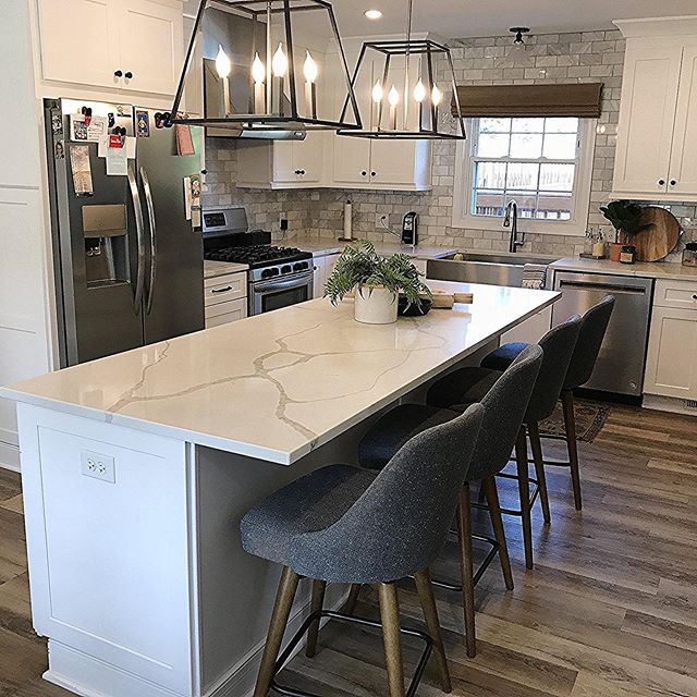 Happy Thursday! One more day until the weekend! Calacatta Novus Quartz is a gorgeous material for kitchen countertops. We just love this kitchen!  What do you think?! . . . #kitcheninspo #kitchen #countertops #design #designinspo #quartz #olympiastone