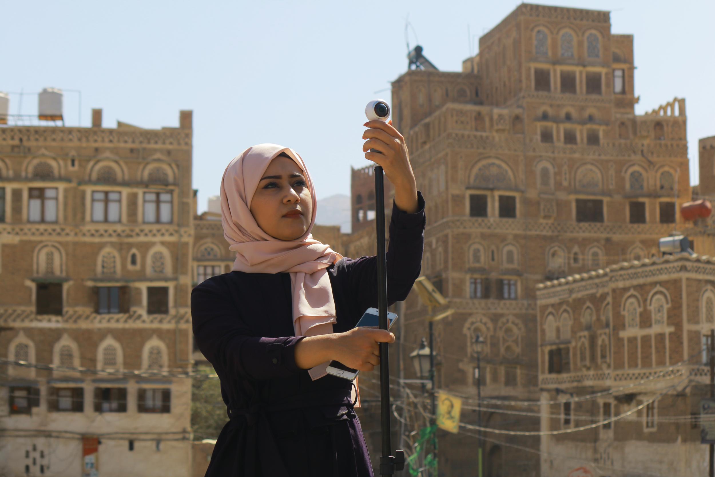 منال الأمل - مع دخول اليمن عامها الخامس من الحرب، تقوم صحفيتان محليتان، منال وأمل ، برواية قصص الأطفال والأمهات اليمنيات الذين يعيشون في قلب أسوأ أزمة إنسانية في العالم