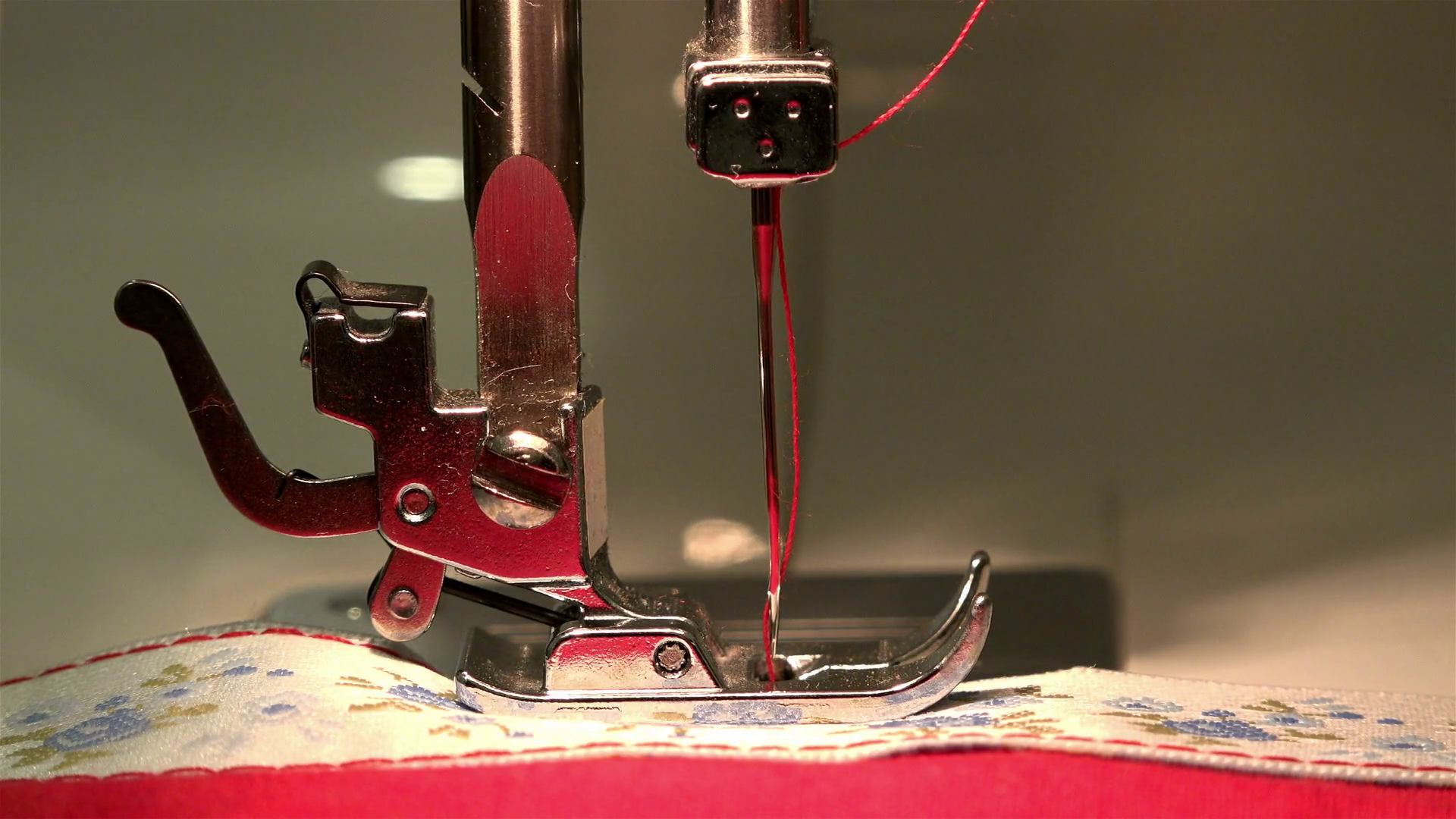 sewing-machine-stitching-on-the-fabric-performs-threading-her-needle-and-thread_brn54oet_thumbnail-full01.png