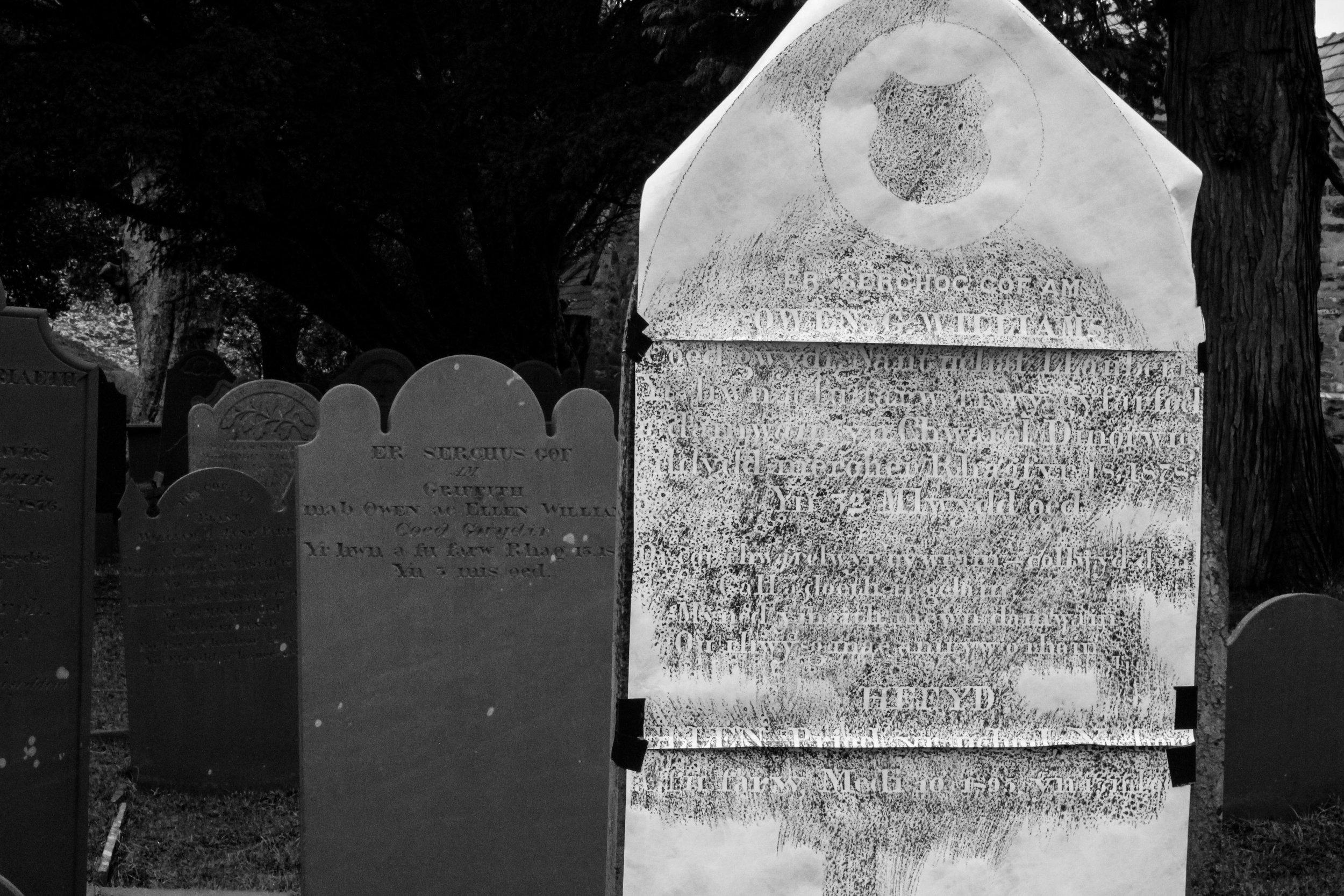 Er serchog cof am OWEN G WILLIAMS. Coed Gwydr, Nant uchaf Llanberis. Yr hwn'n fu farw trwy gyfarfod ddamwain yn Chwarel Dinorwig dydd mercher Rhagfyr 18, 1878 Yn 32 mlwydd oedd.  In loving memory of OWEN G WILLIAMS. Coed Gwydr, Nant uchaf Llanberis who died by meeting an accident in the Dinorwig Quarry wednesday December 18, 1878 At 32 years of age.