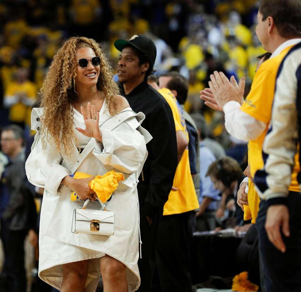 CELEBRITY DRESSING - Beyonce wearing Ray Ban