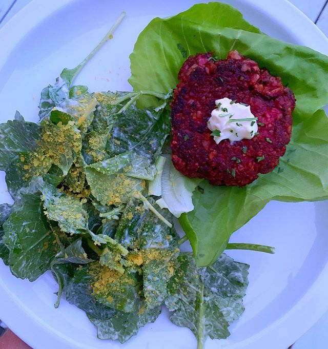 Beet burgers were a success- honestly one of the best plant-based burgers I've had, and without all the processed soy you'll find in a lot of veggie burgers in the store. Recipe is from @drstevengundry and is vegan and gluten free 🍔 served with @primalkitchenfoods avocado mayo and a side of kale with tahini caesar dressing 🥬