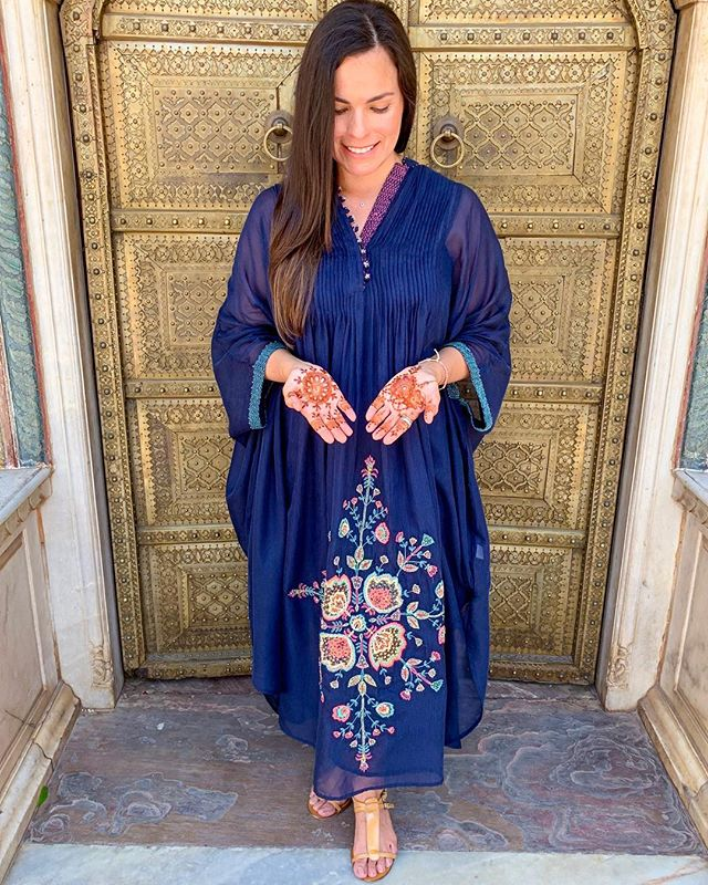 🤲🏼 Open hands, open heart. 💗 . . . . #hands #heart #openhands #openheart #goldendoor #mehendiart #mehendilove  #jaipur #citypalacejaipur #jaipurpalaces #jaipurdiaries #pinkcity #rajasthan #rajasthandiaries #travel #travelindia #vegan #veganswhotravel #travelcommunity #blue #bluedress #ritukumar #sunday #sundayvibes #indiapictures #thisisindia #india #indialove #incredibleindia🇮🇳
