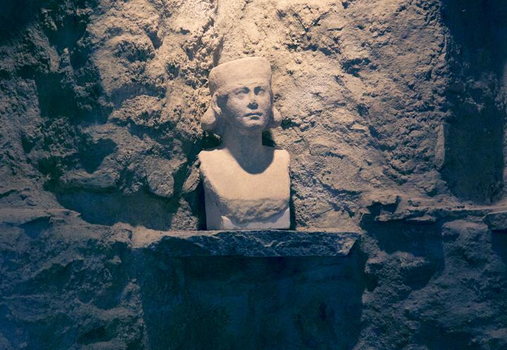 Magdalensaburg,-Austria,-IMG_0693--sculpture-of-women-copy.jpg