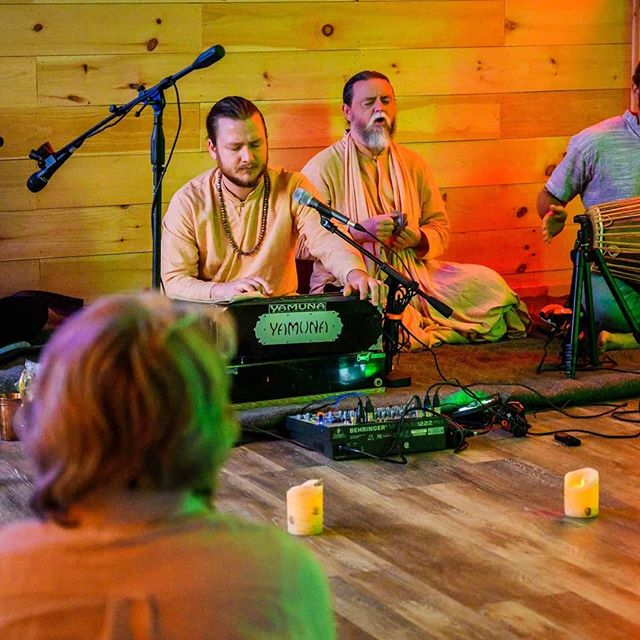 As summer begins it's a perfect time to start marking your calendars for our next Kirtan event with @vtbhaktisanga on June 22nd experience philosophy conversations and collective chanting for a night of cultural exploration and spirituality - here are a couple pictures from our last Kirtan 💛🧘🧘♂️ #kirtan #sanga #vermontyogaretreat #culturalexperience