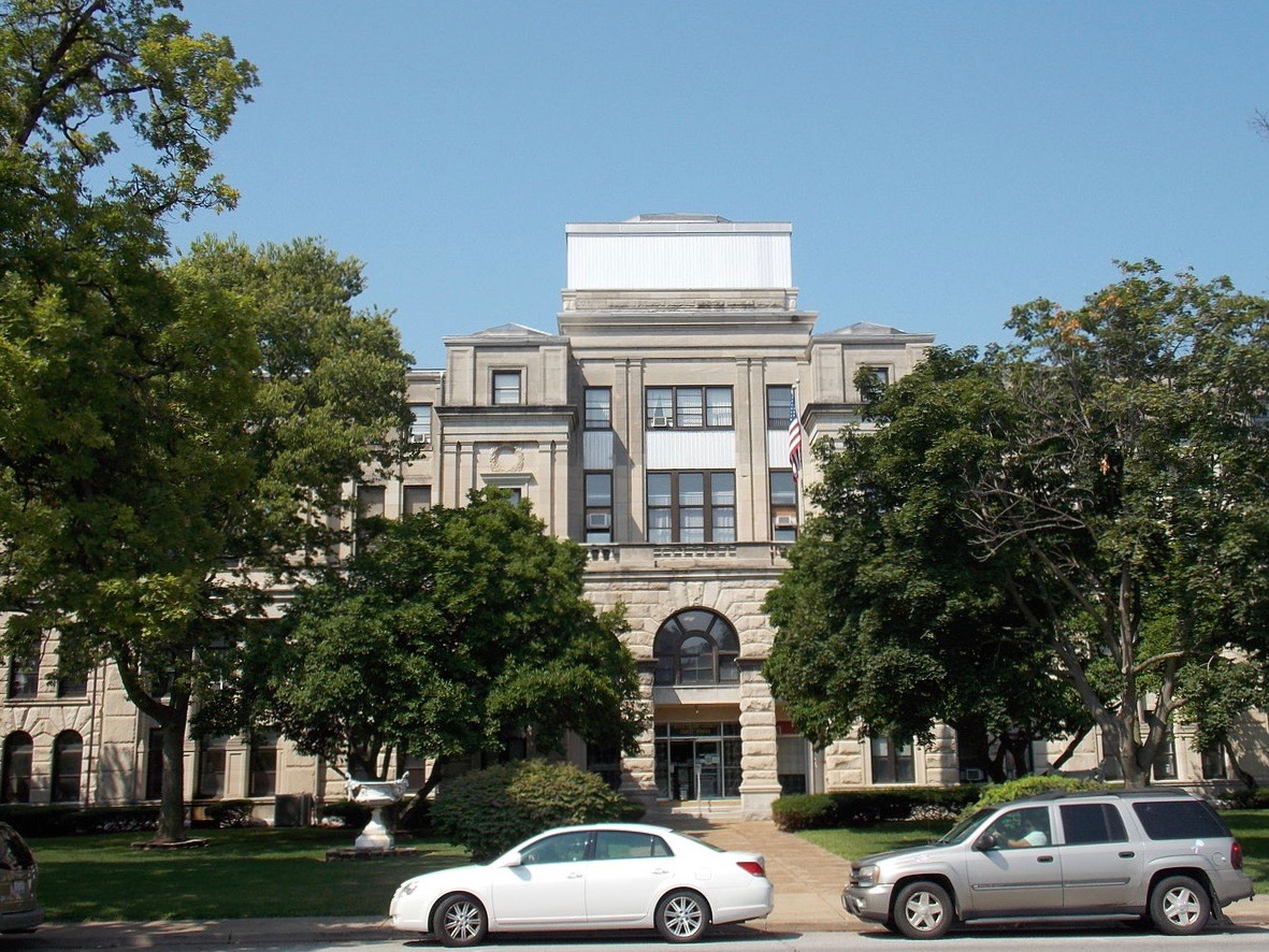 Preservationist groups led by Landmarks Illinois are suing to hold off the demolition of the old Rock Island County Courthouse. (Wikimedia Commons/Farragutful)