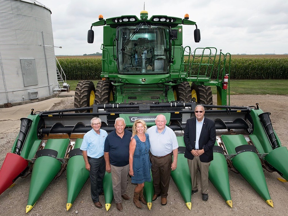 Illinois Farm Bureau President Richard Guebert Jr. (left) poses with U.S. Agriculture Secretary Sonny Perdue (second from right) along with then-Illinois Agriculture Director Raymond Poe (right) and Rochester farmers Larry and Diana Beatty in 2017. (USDA)