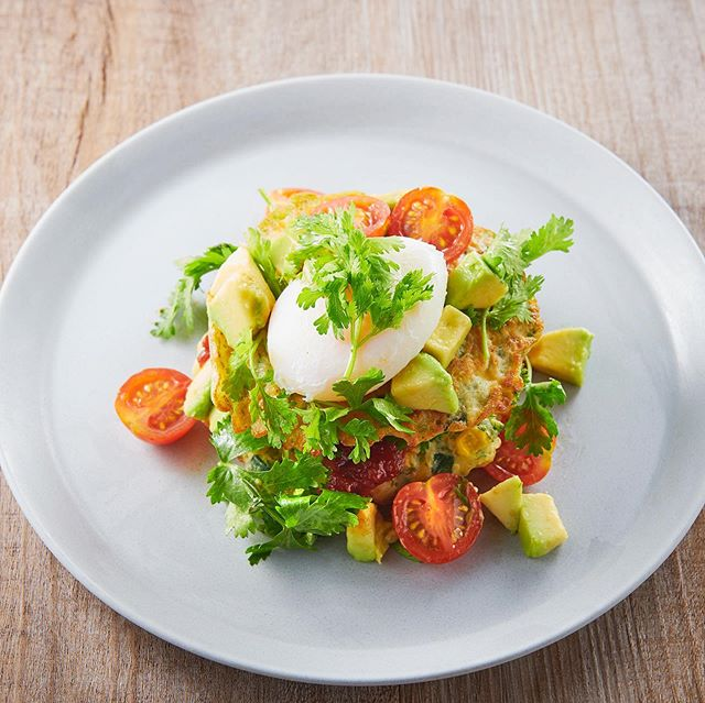 Corn & zucchini fritters with tomato relish, avocado salsa and poached egg - トマトレリッシュ、アボカドサルサ、ポーチドエッグのコーンとズッキーニのフリッター。. • • • #n2brunchclub #Nihombashi #food #foodie #instafood #foodgasm #foodporn #huffpost  #tokyofood #instafood #tokyo #australia #Takashimaya #n2brunchclub  #hungryintokyo  #tokyoeats #tokyocafe #tokyofoodie #timeouttokyo #visitjapanjp #japanrevealed 美味しいお店 #東京カフェ巡り #フォトジェニックフード #カフェ巡り #東京カフェ #breakfast