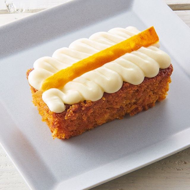 Carrot Cake - Carrot, walnut, pineapple and coconut in a spiced cinnamon batter topped with cream cheese and dried carrot.  キャロットケーキ-ニンジン、クルミ、パイナップル、ココナッツのスパイスシナモンバターにクリームチーズと乾燥ニンジンをトッピング。. • • • #n2brunchclub #Nihombashi #food #foodie #instafood #foodgasm #foodporn #huffpost  #tokyofood #instafood #tokyo #australia #Takashimaya #n2brunchclub  #hungryintokyo  #tokyoeats #tokyocafe #tokyofoodie #timeouttokyo #visitjapanjp #japanrevealed 美味しいお店 #東京カフェ巡り #フォトジェニックフード #カフェ巡り #東京カフェ #carrotcake #cake