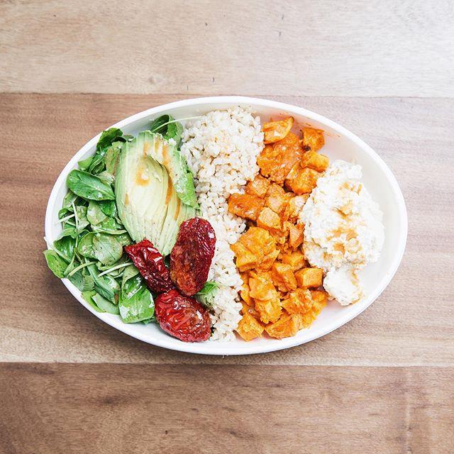 Ensalada de hummus, calabaza horneada, arroz yamani, palta, tomates secos y rucula con aderezo de tahini 🌈 Servida en nuestros bowls 100% biodegradables, hechos de caña de azúcar 🌎🌱 Los esperamos de 12.30 a 20hs