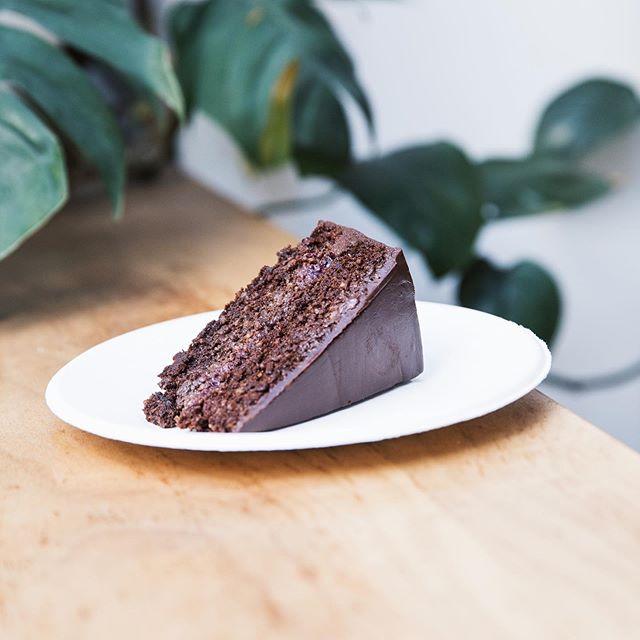 Nuestra torta de chocolate con centro de frutos rojos y cobertura de chocolate. Hecha con harina de almendras, huevos pastoriles, frutos rojos sin agroquimicos y es #sinlacteos. Servida en nuestros platos 100% biodegradables, hechos de caña de azúcar 🌎🌱 Los esperamos de 12.30 a 20hs!