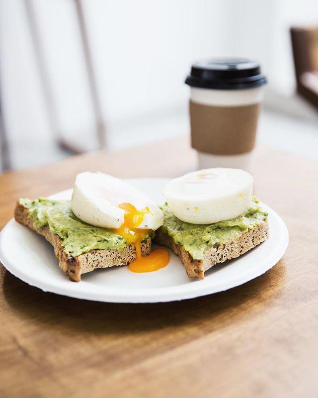 Último sábado y nada mejor para despedirnos que nuestro combo de tostadas con palta y huevos poché con café con leche por $275 🔥🔥. Nuestro pan es de masa madre y libre de gluten, usamos huevos pastoriles y para tu café podes elegir entre leche vacuna orgánica o leche de almendras casera 👌🏻 Te esperamos hoy de 12.30 a 20hs!