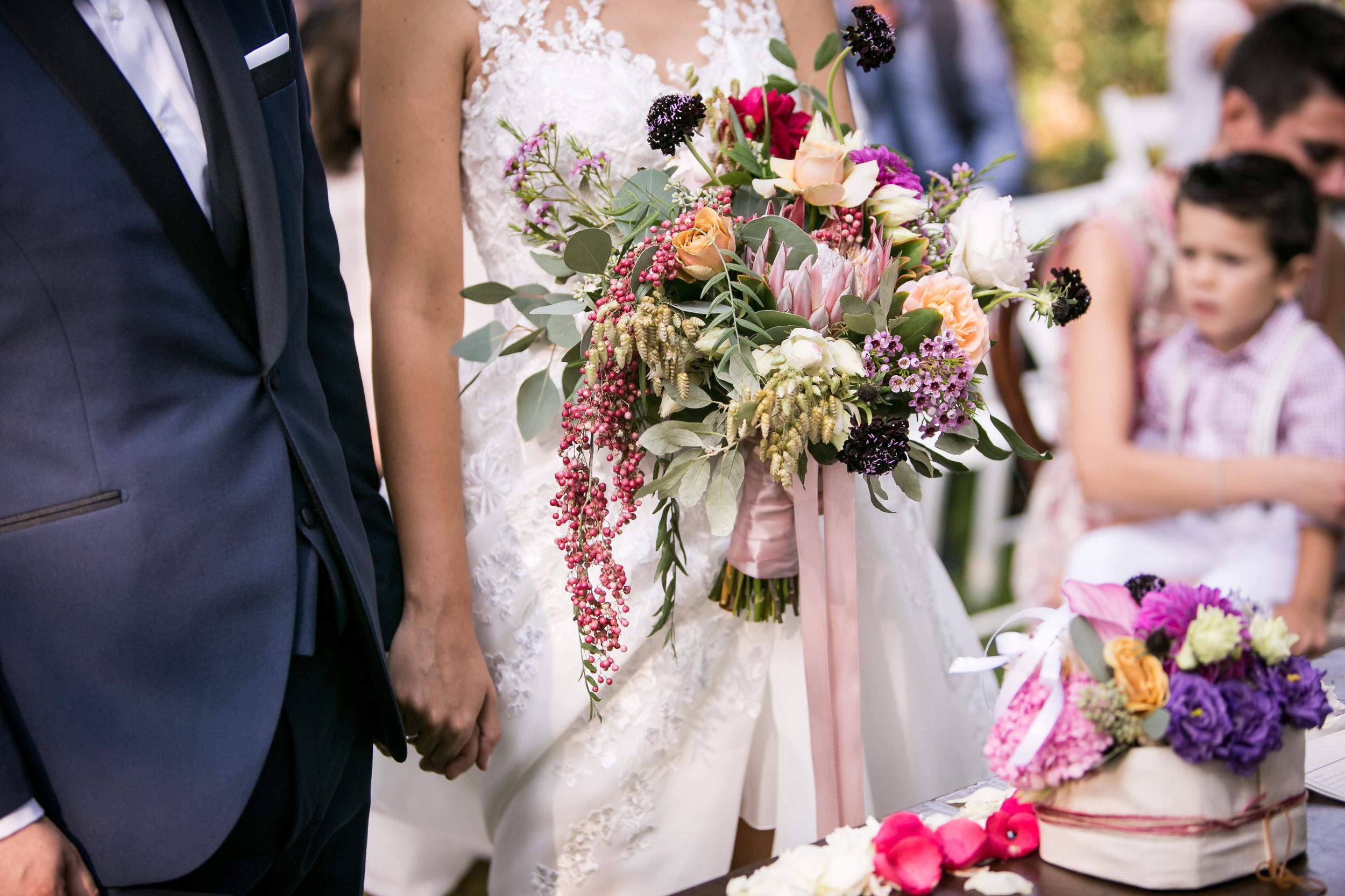 Un dettaglio dello splendido bouquet e degli allestimenti floreali della cerimonia a opera di Hanami Flowers.