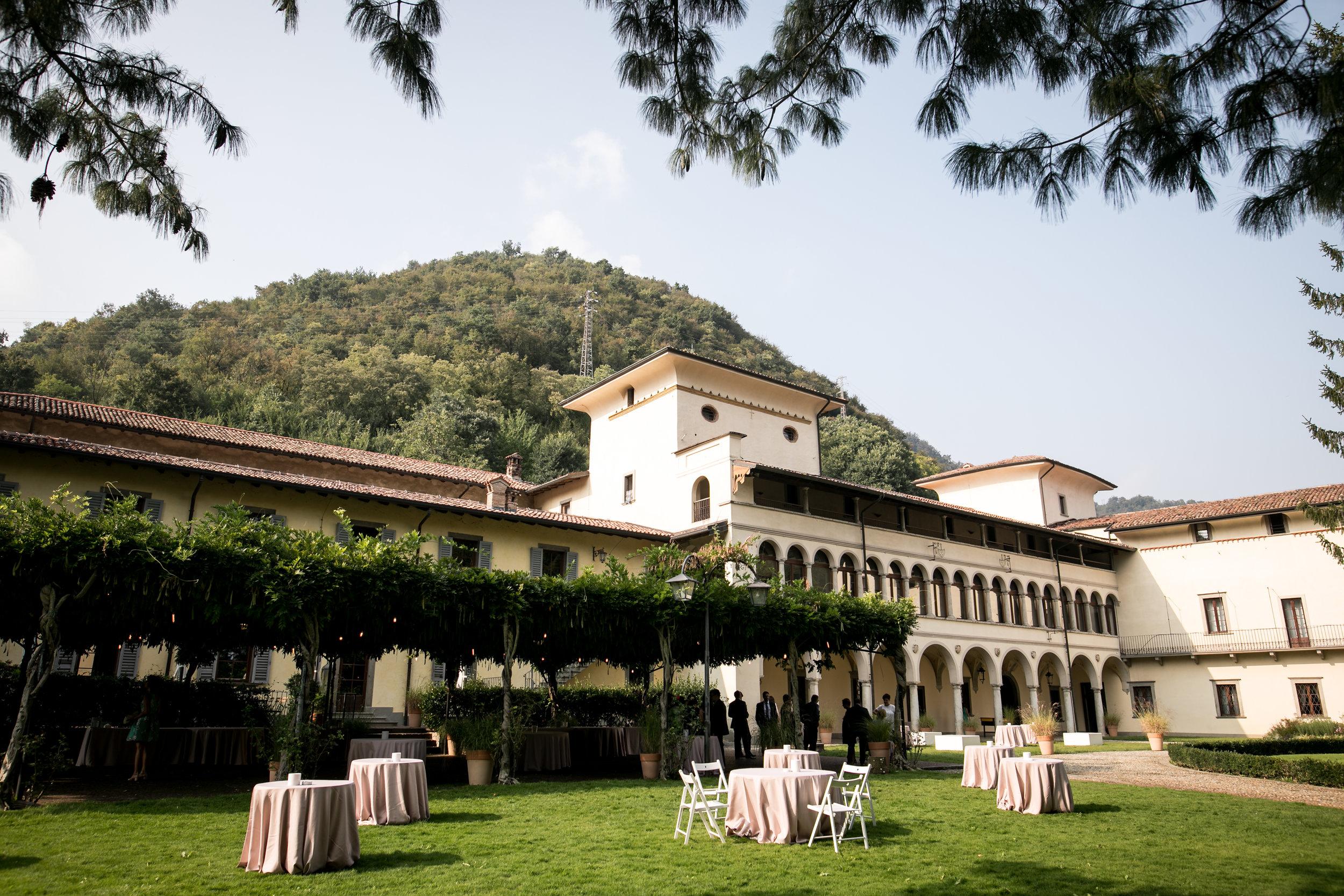 Vista del Castello di Clanezzo dal giardino antistante, con il pergolato in cui è stato allestito l'aperitivo.
