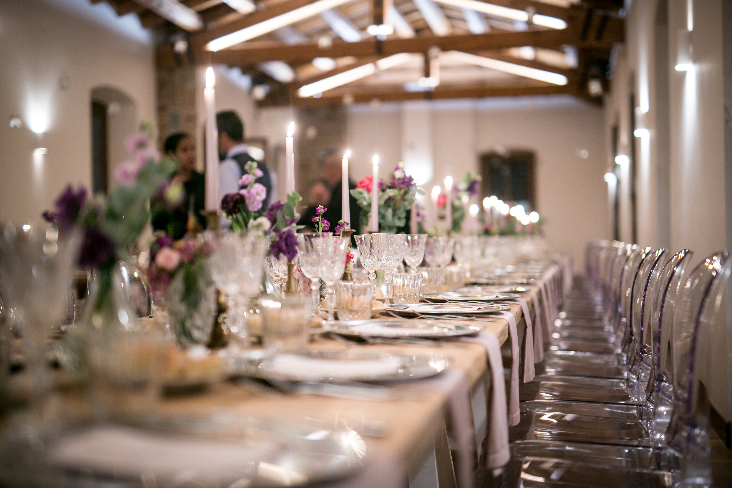 Il tavolo imperiale allestito nella sala interna al piano superiore della location.