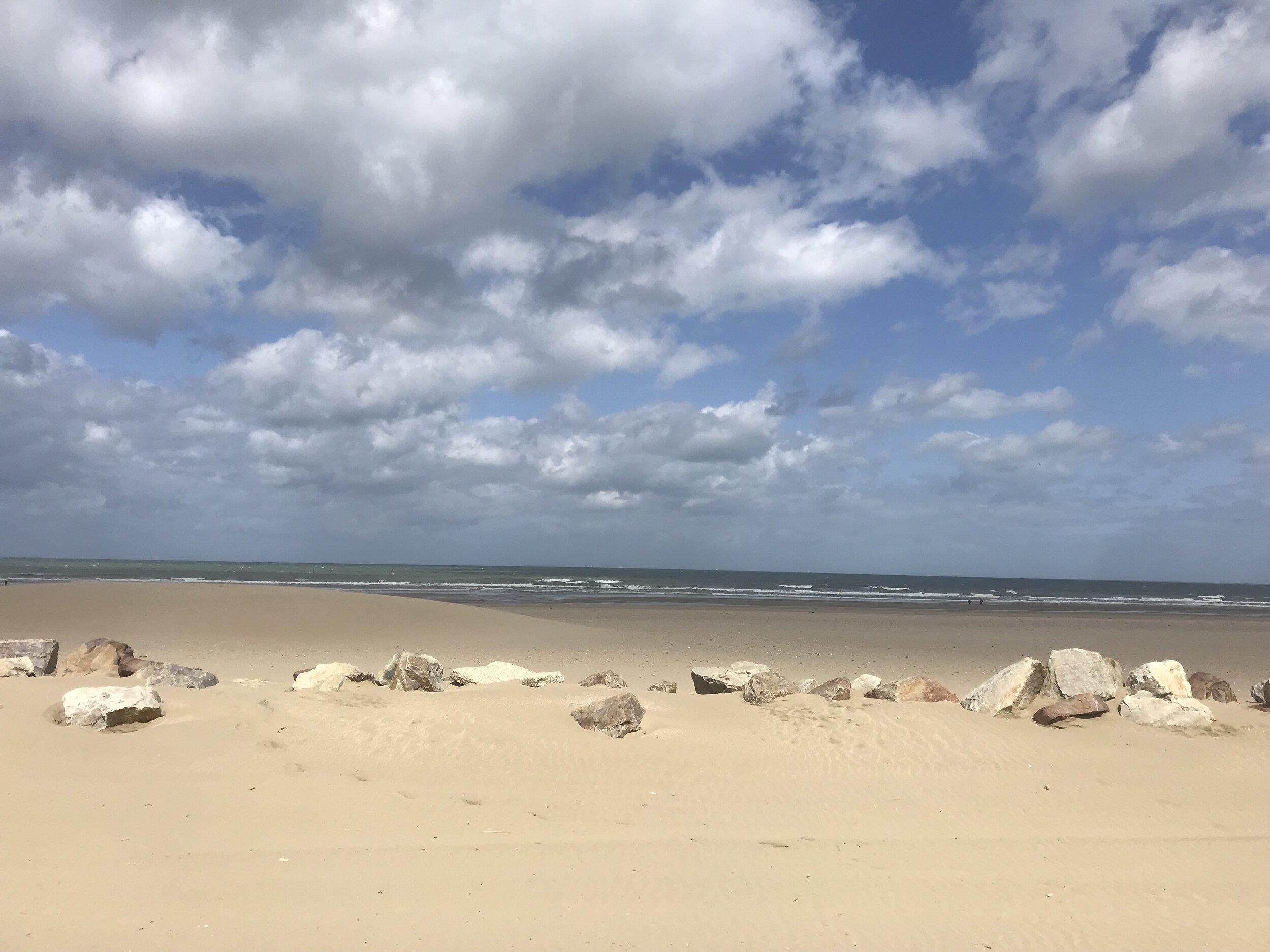 La spiaggia e il mare dal lungomare di Deauville