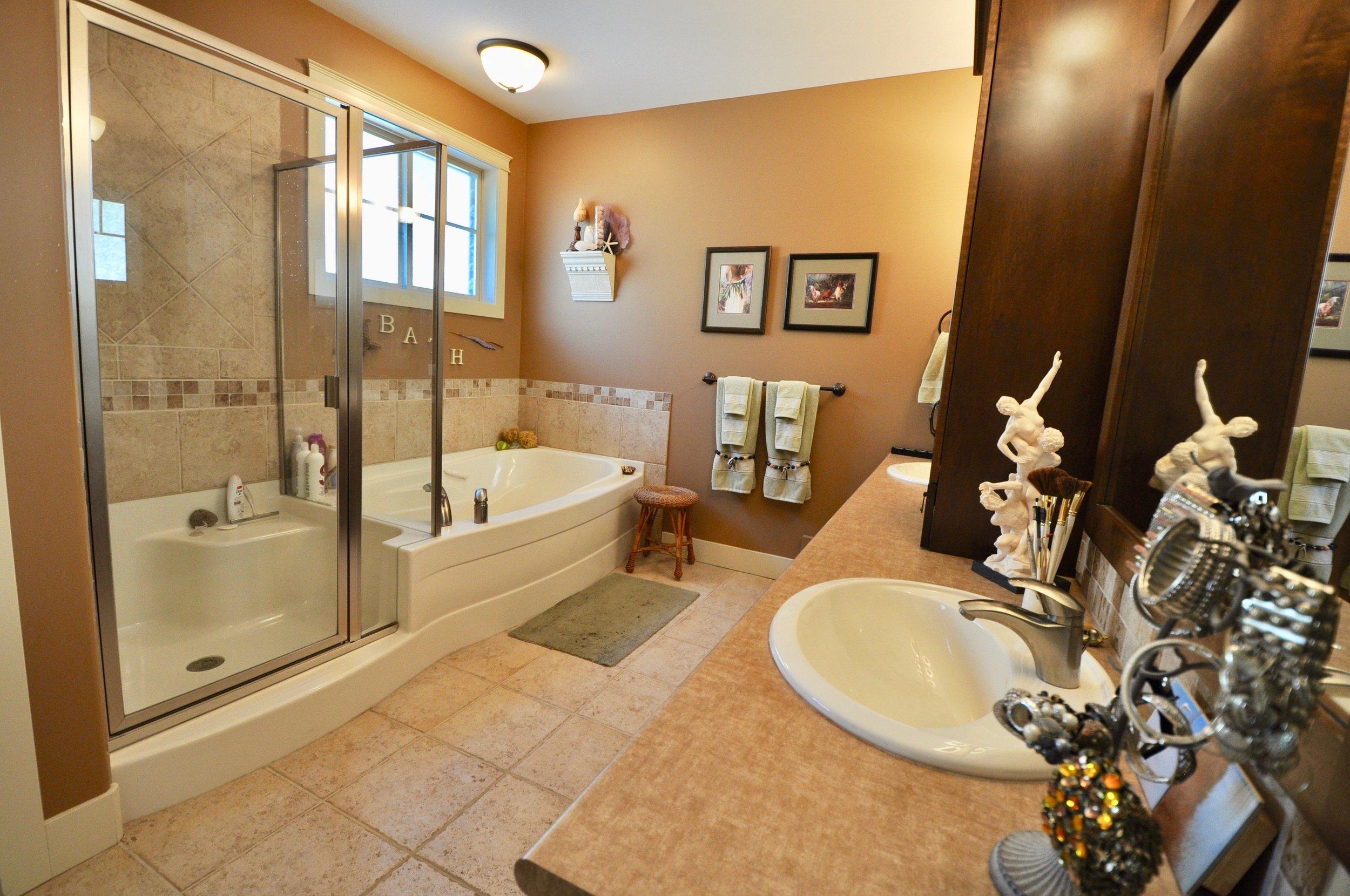 305 4350 Ponderosa En-suite #1.jpg