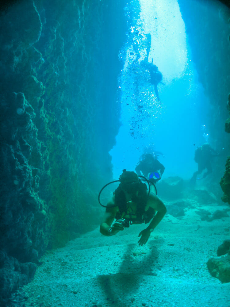 Dive Marietas - Tunnel.jpg