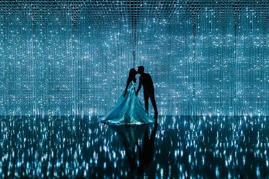26f7b_1-fibre-optics-wedding-dress-singapore-artscience-museum-pre-wedding-photoshoot.jpg