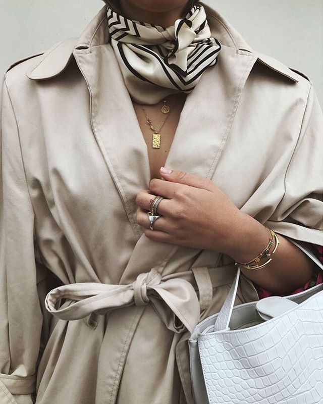 Minimal aesthetic 🖤  #fashioninspo #aesthetic #jewlery #accessories #simple #neutral #gold #inspo #repost #love #fashion #style #lifestyle #rings #bracelets #nails #black #trenchcoat #scarf #gold