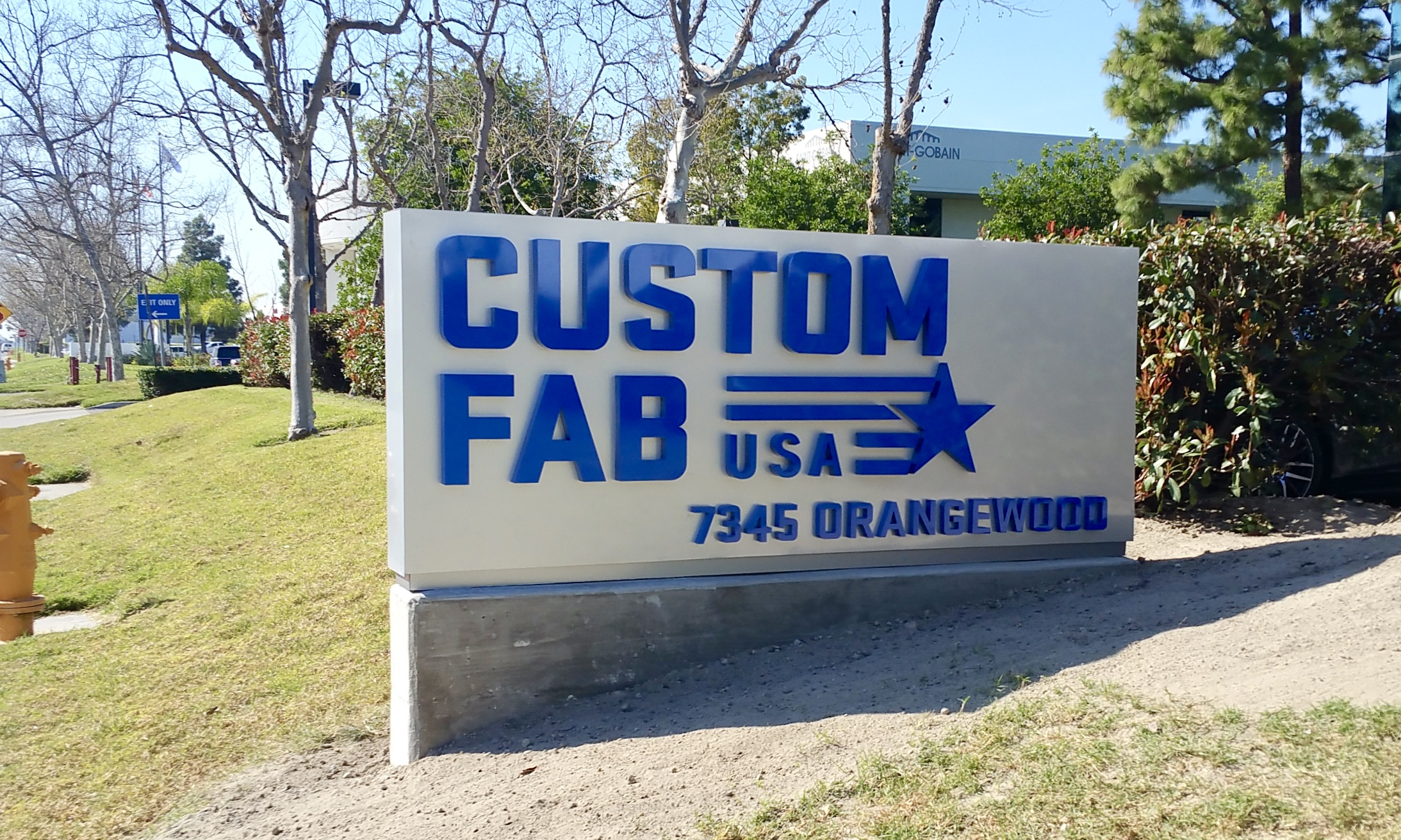 Custom Fab dimensional letters and logo on monument sign