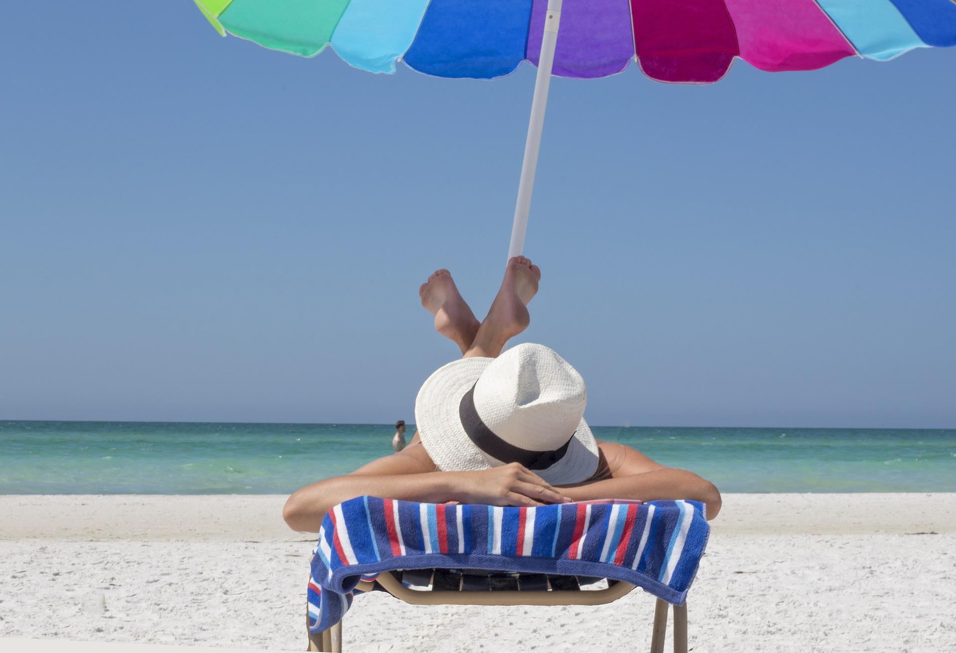 Strand og parasoll.jpg