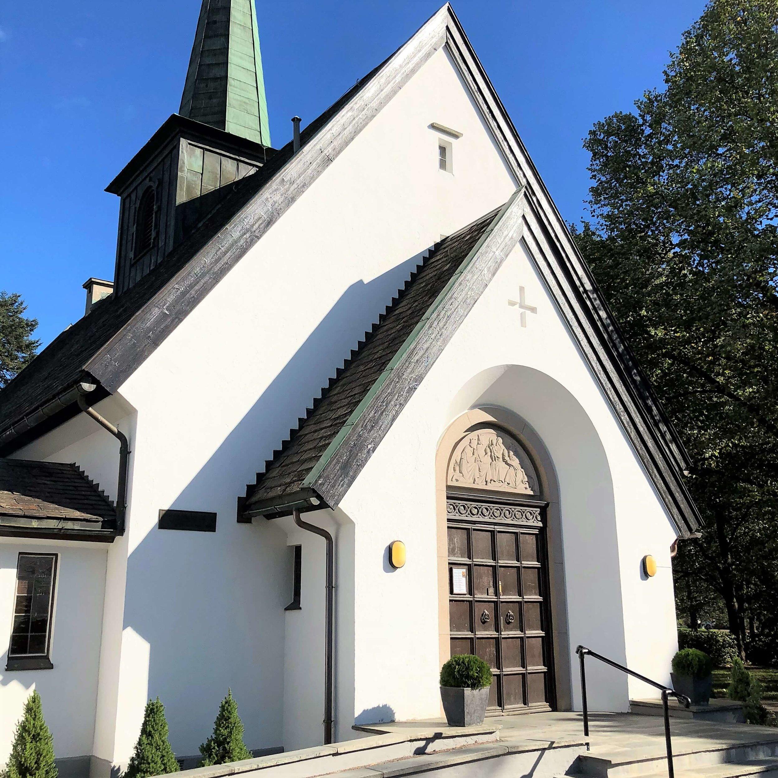 Høybråten kirke ble tegnet av arkitekt Georg Greve og innviet torsdag 30. juni 1932 kl 17 som gravkapell etter at kirkegården ble tatt i bruk i 1929 .