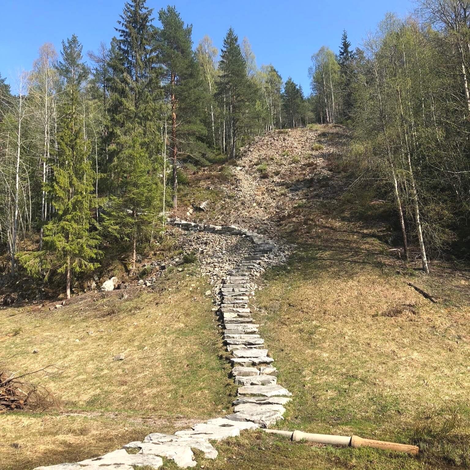 Sherpa-stien på Stovner/Gjelleråsmarka. 270 tonn stein, 300 trinn, 250 meter lang, 70 meter i høydeforskjell. På toppen ligger Gubbero.