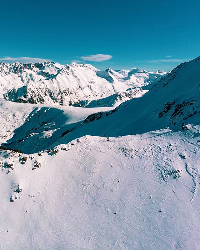 Feeling this cold in the UK right now! Can you spot the hikers? . . . . . . . . . . . . . . . . . . . . #djimavic #dji #mavicair #bulgaria #bansko #banskoski #djimavicair @djiglobal @dji.bg #ski #snow #mountain #mountains #pirin #pirinmountain #pirinmountains #lightroom #adobelightroom #polarpro @polarpro @dronepals #dronepals @bansko @banskoworldcup #droneofficial @droneofficial #dronepic #skitour #skitouring #skitouring🎿 #skihiking #hiking