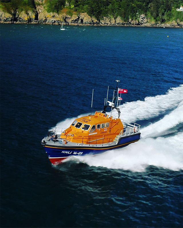 @rnlisalcombe cutting through the waves, so much respect for these guys  ____________________________________ . . . . . . . . . . . . . . #rnli #rnlife💉💊 #rnlilifeboat #rnlilifeguards @rnli #salcombe #salcombeharbour #salcombelife #salcombeestuary #lovesalcombe #salcombefinest #salcombelifeboat #droneheroes #dronepals @droneheroes @dronewise @dronepals @djiglobal #dronwise @rnli