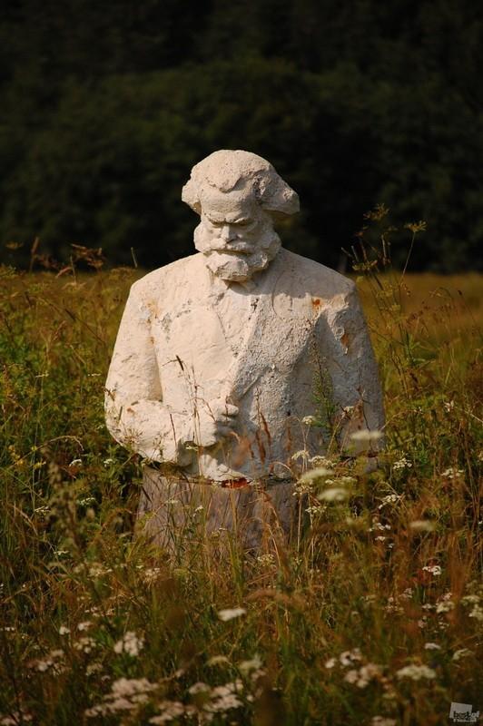 Olga Starikovskaya's photograph of a statue of Marx in the fields of the Tver region, Russia.jpg