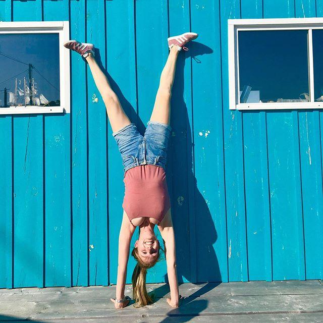 Namasté yogis ! Bonne nouvelle, on repart bientôt en voyage ! (sur le tapis 🧘🏽♀️). Après une escale sur l'île d'Oléron, la rentrée qui s'annonce résolument inspirée par le parfum des dunes & les cabanes colorées 🌈. Je vous attends à partir du 8 octobre pour démarrer par une belle pratique de Vinyasa 🤗 • • En condensé, voici nos premiers rendez-vous pour «yoguer» ensemble à la rentrée : • • • Reprise des cours collectifs le mardi 8 octobre •Les cours du jeudi soir sont pour l'instant suspendus mais reprendront courant 2020 🙏 •Atelier Fondations | Architecture intérieure le samedi 19 octobre de 14h00 à 16h15 • • ✨ À venir aussi, des rendez-vous yoga brunch et yogapéro dans des lieux chaleureux pour prolonger le plaisir de la pratique de yoga, des yoga run pour allier foulées dans le sable et pratique en plein air (dès le printemps) bref, beaucoup d'occasions pour partager de bonnes ondes yogiques et pratiquer différemment. Et encore, je ne vous dis pas tout, on aime tous les surprises 😉 • • Liens pratiques : linktr.ee/escaleyoga • • #escaleyoga #inspire #expire #explore #rentree2019 #brest #ilovemycitybrest #vinyasa #yinyasa #yogaeverydamday