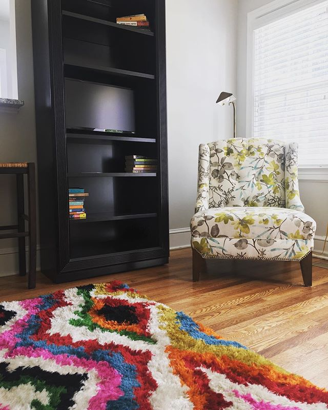 color accents and details. this North Main charmer is perfect for a weekend away! #northmain #greenvillesc #visitgreenvillesc #yeahthatgreenville #airbnb #airbnbexperience #airbnbsuperhost #propertymanagement