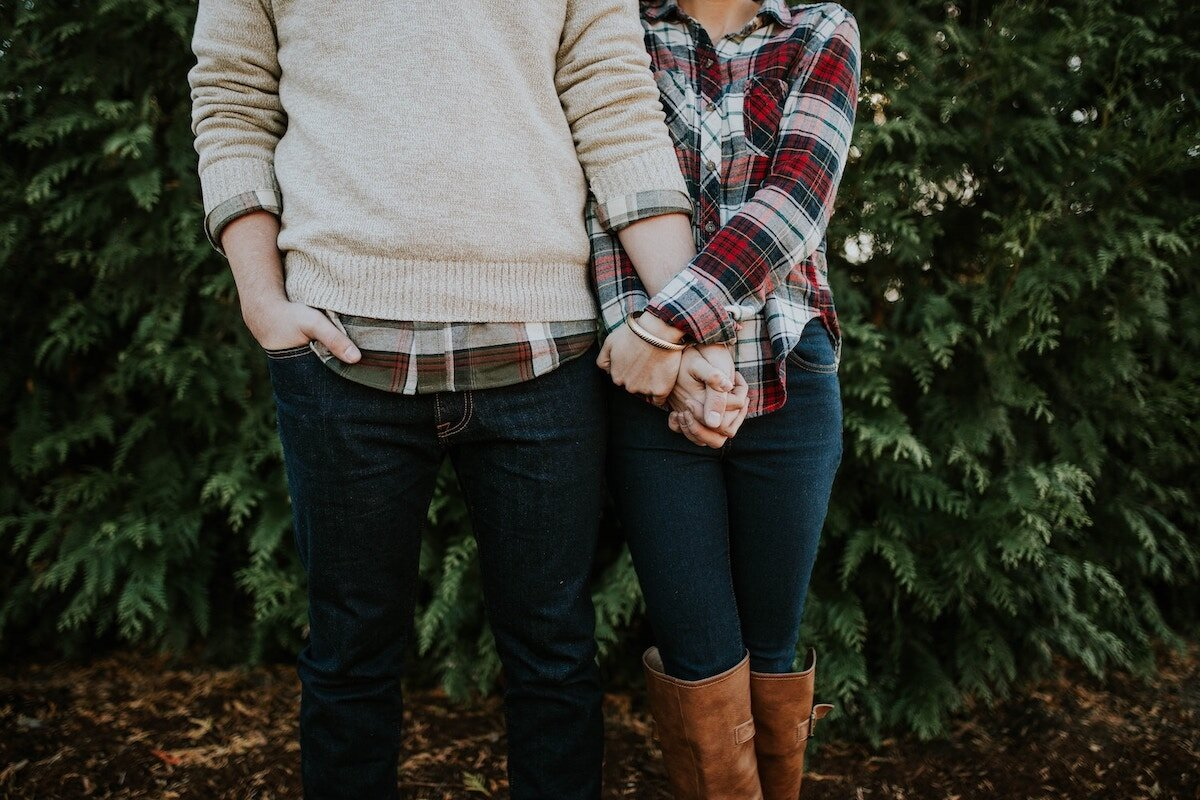 couple-holding-hands-fall-time