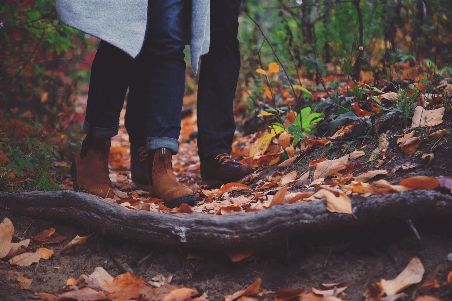 couple-hiking-in-fall-woods