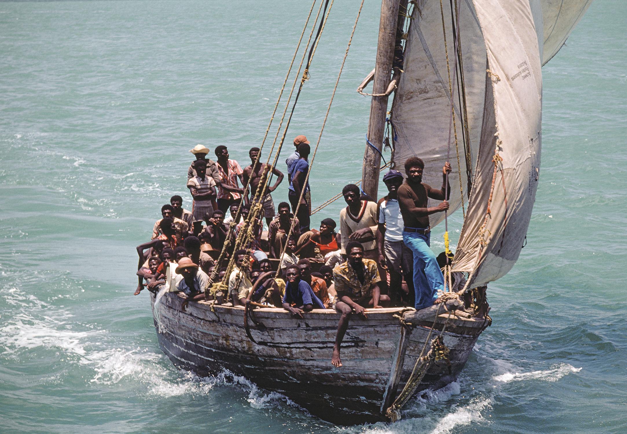 Refugees from Haiti sail into Biscayne Bay   Refugiados de Haití zarpan hacia Biscayne Bay