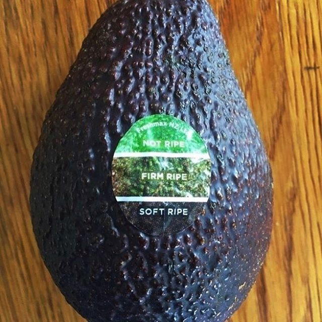 An awesome sticker for telling how ripe your avocado is! #avocado #ux #design #uxdesign #userexperience #gooddesign
