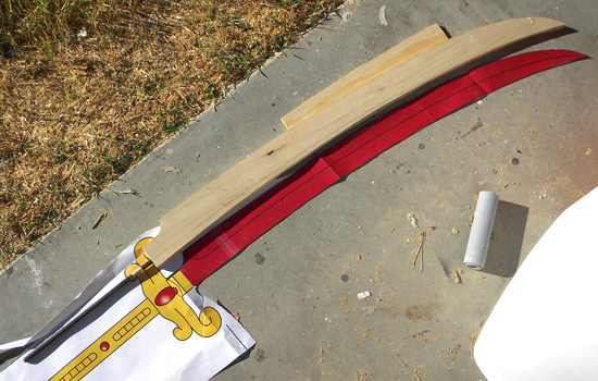 I started by cutting the blade halves from 1/4″ poplar, cutting a channel inside each for a steel support rod and glueing the wood together.