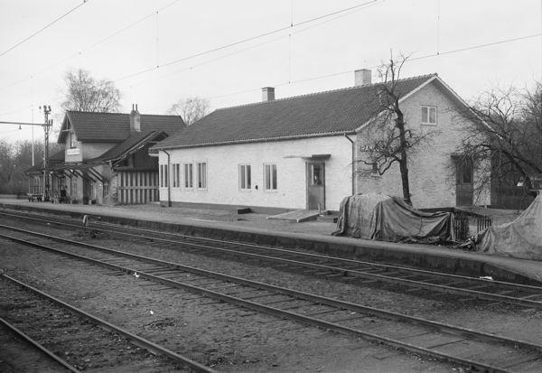 Ramlösabrunns Järnvägsstation  under byggnationeni början av 1950-talet  med den gamla stationen från 1800-talet kvar.jpg