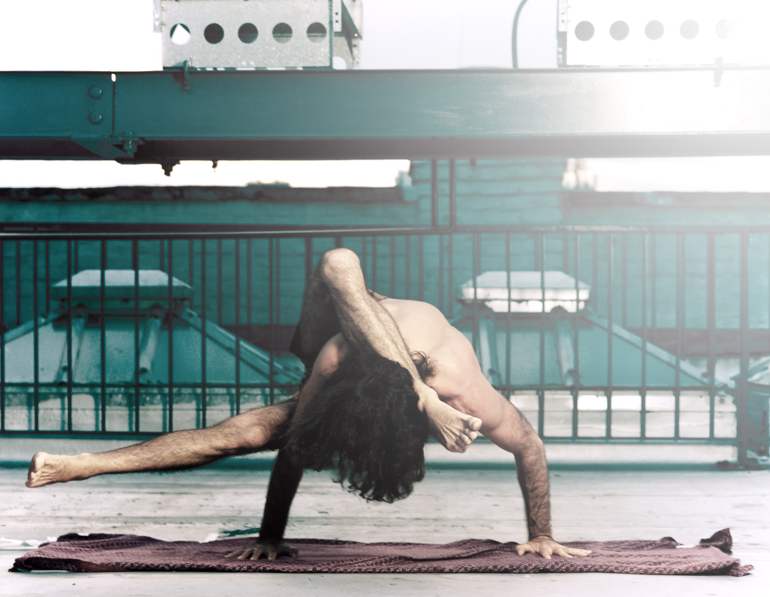 Utthita Eka Pada Koundinya Sirsasana. Danny Paradise New York 1999 Ashtanga Yoga photo by Kia Naddermier