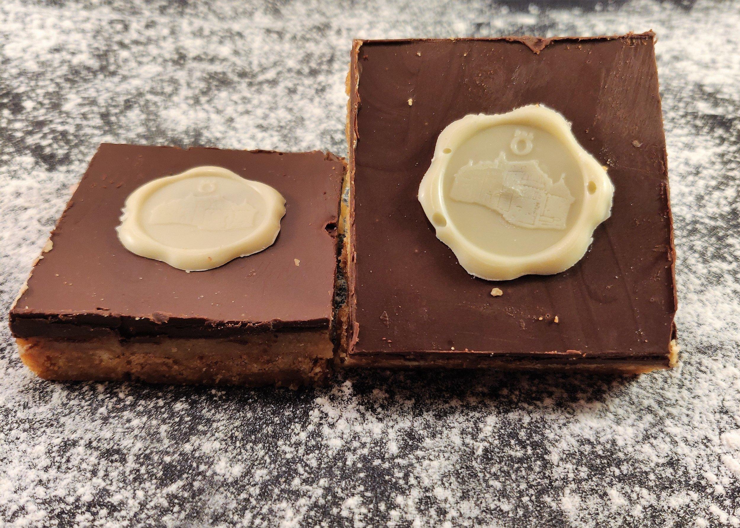 Digestivekex avbakade med smör och sirap, Kola fyllning, chokladtryffel.